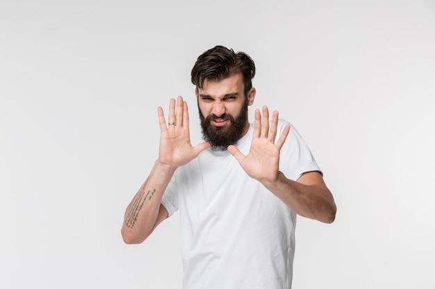 Homem pensativo duvidoso com expressão pensativa fazendo escolha Foto gratuita