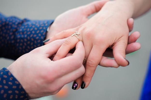 Homem perguntando a sua namorada se ela quer se casar com ele Foto Premium