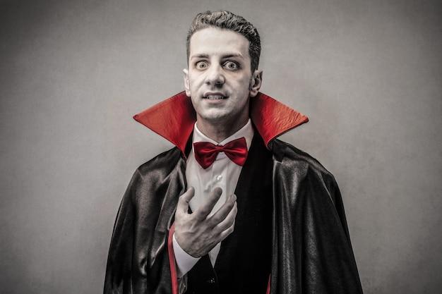 Homem perigoso vestido de papai noel Foto Premium