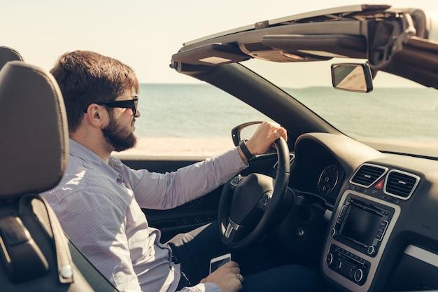 Homem, perto, cabriolet, car, ao ar livre Foto Premium
