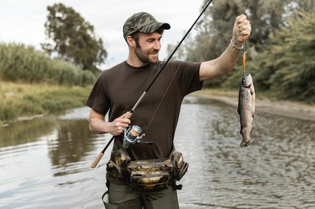 Homem, pesca, em, a, rio Foto gratuita