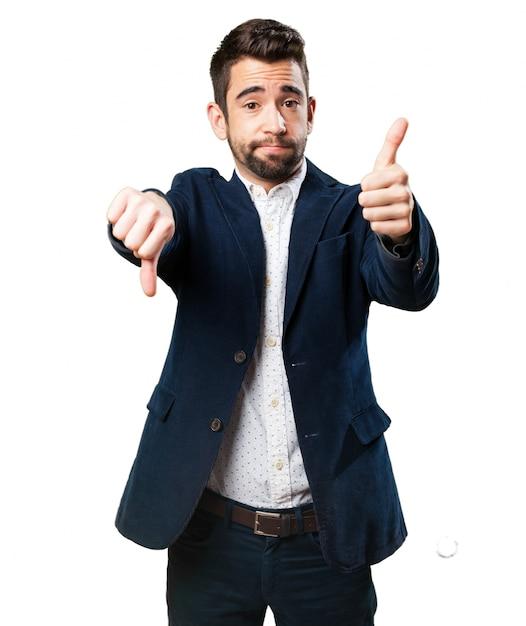 Homem polegar para baixo thumg-se Foto gratuita