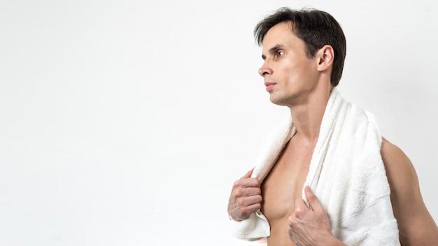 Homem posando depois do banho com espaço de cópia Foto gratuita