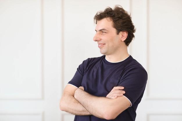 Homem posando em casa Foto gratuita