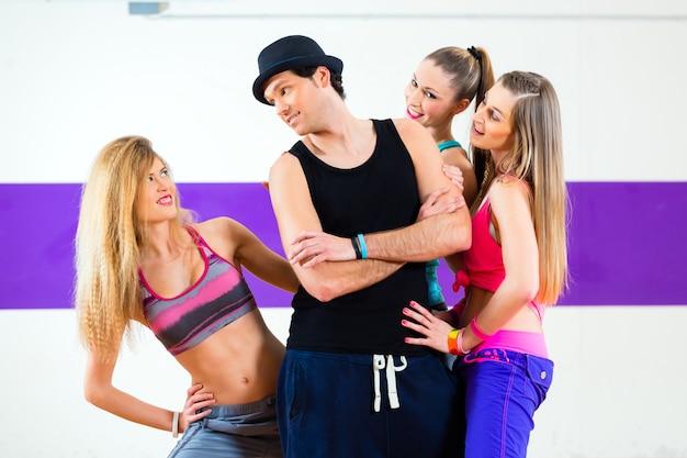 Homem, posar, com, mulher, em, zumba, escola dança Foto Premium