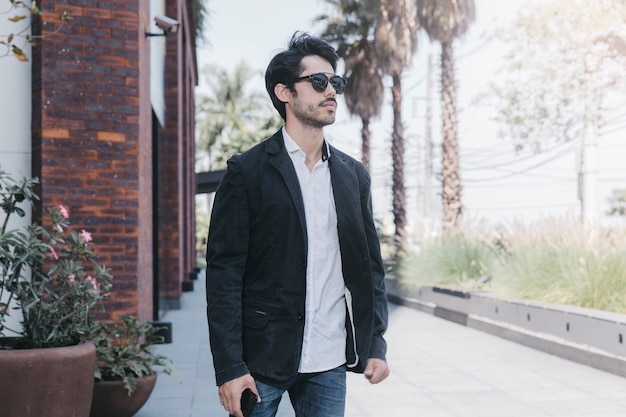 Homem positivo em óculos de sol Foto gratuita