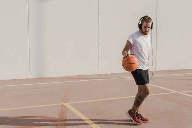 Homem, prática, basquetebol, em, corte Foto gratuita