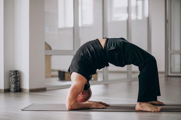 Homem, prática, ioga, ginásio Foto gratuita