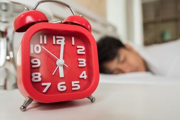 Homem preguiçoso acordar em seu quarto Foto gratuita
