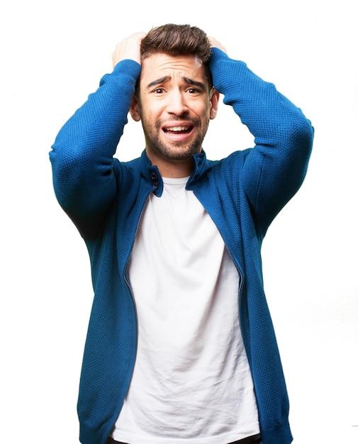 Homem preocupado que puxa seu cabelo Foto gratuita