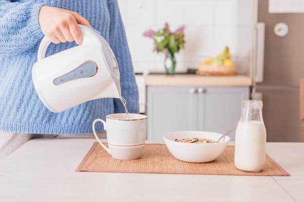 Homem, preparar, café manhã, em, cozinha Foto gratuita
