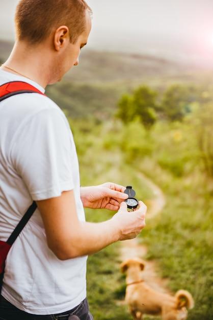 Homem procura direção com a bússola Foto Premium