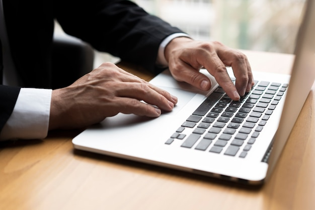 Homem profissional digitando no laptop Foto gratuita