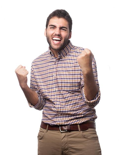 Homem que comemora e sorrindo Foto gratuita