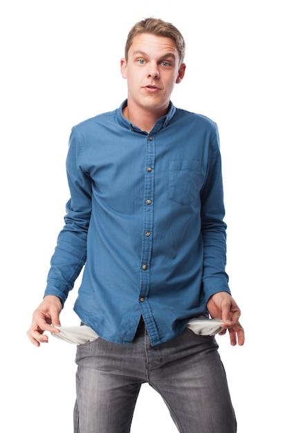 Homem que descola bolsos das calças Foto gratuita