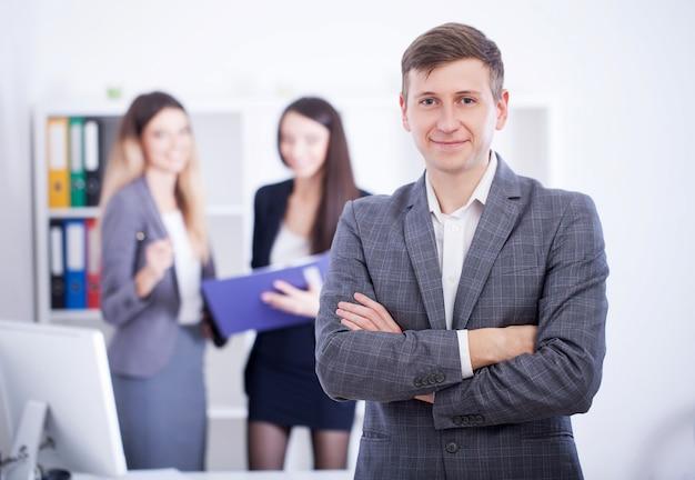 Homem que faz a apresentação no escritório e nos colegas do treinamento. Foto Premium