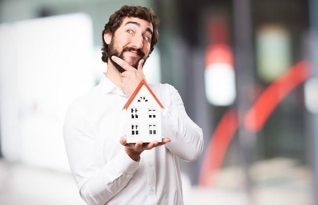 Homem que pensa com uma casa Foto gratuita