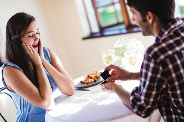 Homem que propõe a mulher em um restaurante Foto Premium