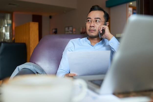 Homem que tem um telefonema importante com cliente propetivo Foto gratuita