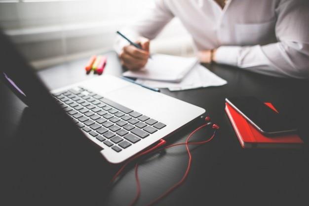 Homem que trabalha com o laptop Foto gratuita