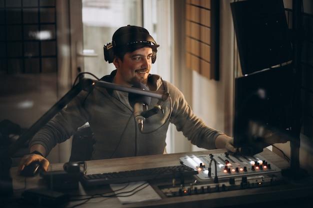 Homem que trabalha em uma estação de rádio Foto gratuita