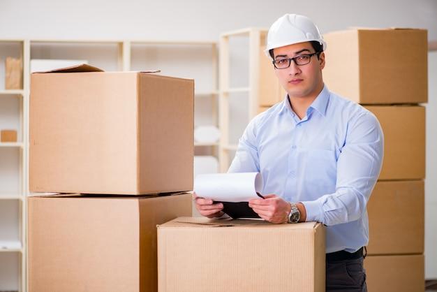 Homem que trabalha no serviço de realocação de entrega de caixa Foto Premium