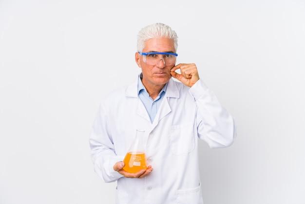 Homem químico maduro isolado com os dedos nos lábios, mantendo um segredo. Foto Premium