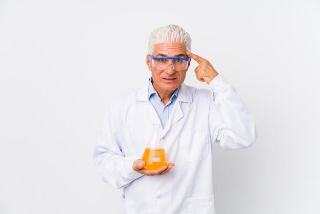 Homem químico maduro isolado mostrando um gesto de decepção com o dedo indicador. Foto Premium