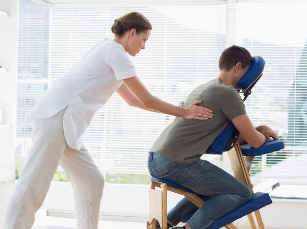 Homem recebendo massagem nas costas do fisioterapeuta Foto Premium
