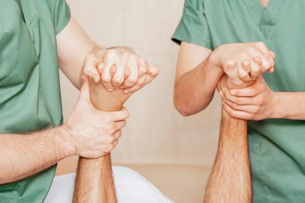 Homem recebendo massagem nos dedos do pé. Foto Premium