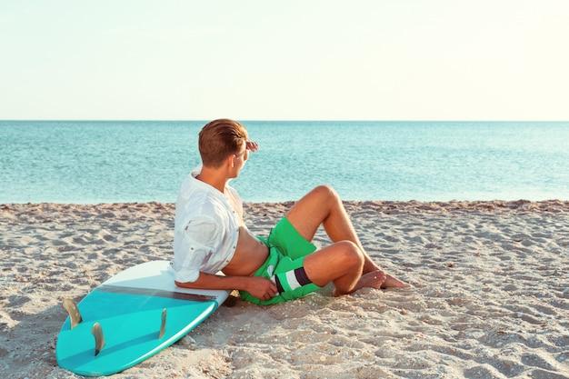 Homem relaxante depois de surfar Foto Premium