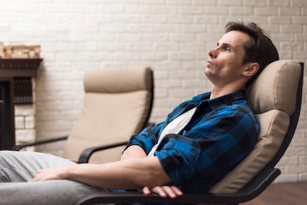 Homem, relaxante, ligado, um, cadeira balanço Foto gratuita