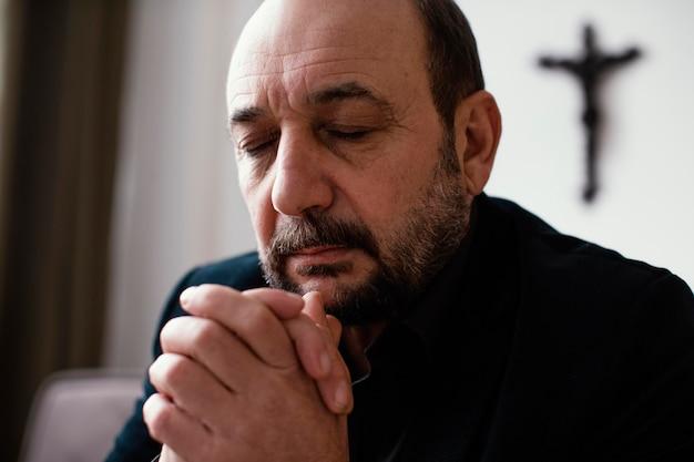 Homem religioso orando pacificamente Foto Premium