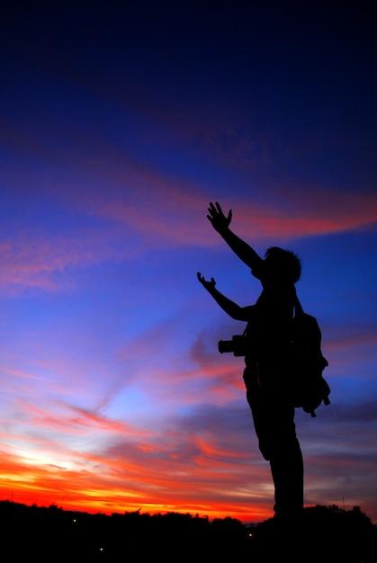 Homem rezando sozinho nas montanhas do sol viajar estilo de vida relaxamento espiritual conceito emocional férias harmonia ao ar livre Foto Premium