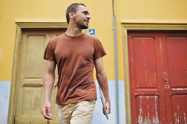 Homem saindo pela porta Foto gratuita