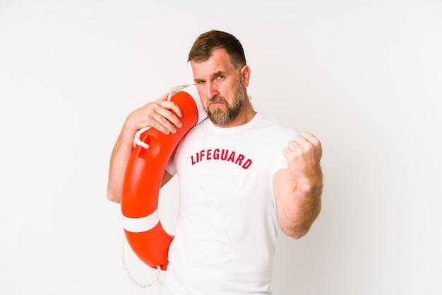 Homem salva-vidas sênior isolado na parede branca, mostrando o punho, expressão facial agressiva. Foto Premium