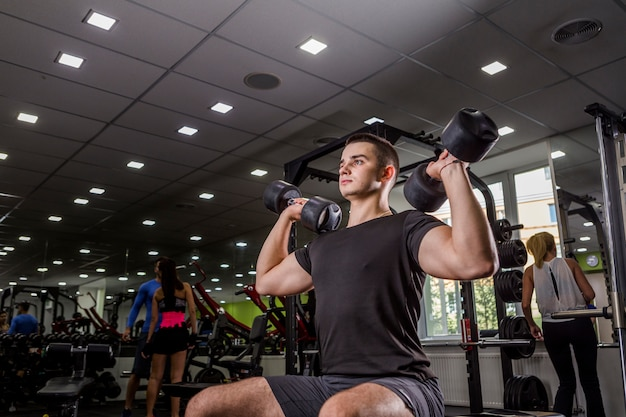 Homem saudável, treinando na academia Foto gratuita