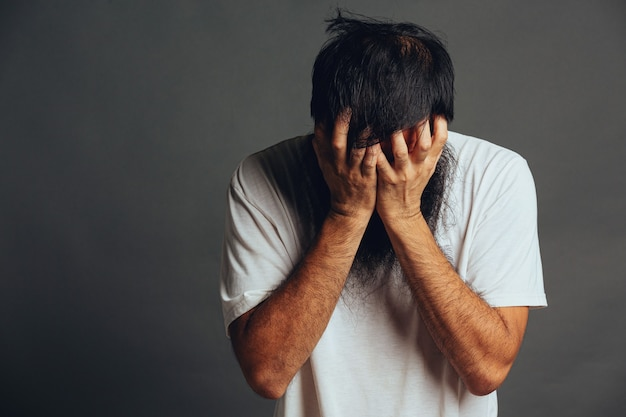Homem se estressa e cobre o rosto com as mãos Foto gratuita
