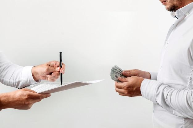Homem se oferece para assinar um contrato de suborno Foto Premium