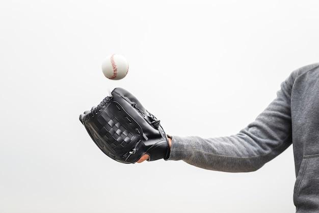 Homem segurando a luva e jogando beisebol Foto gratuita