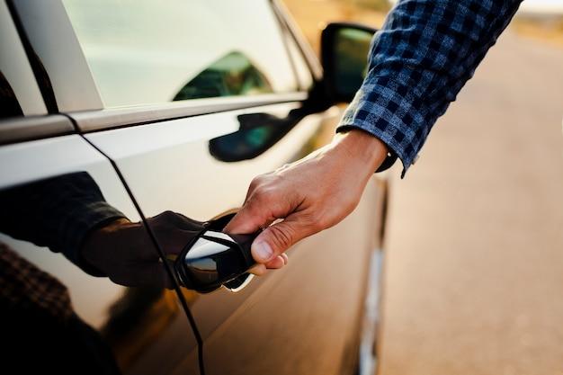 Homem segurando a maçaneta da porta Foto gratuita