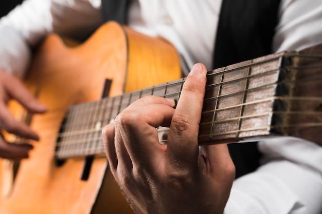 Homem segurando c acorde de barra maior na guitarra Foto Premium