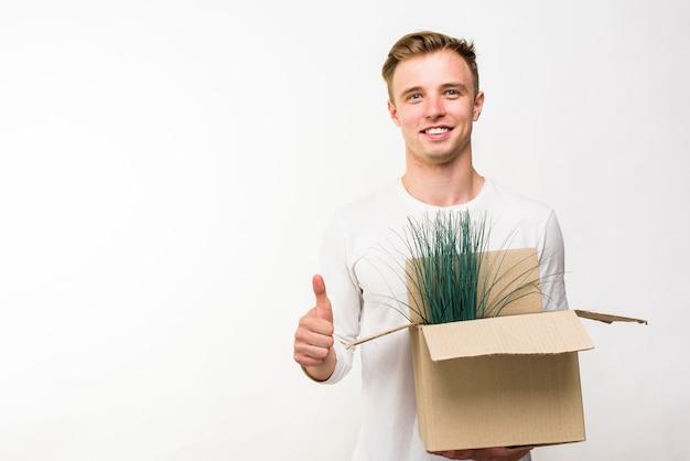 Homem, segurando, caixa, flores, copyspace Foto gratuita