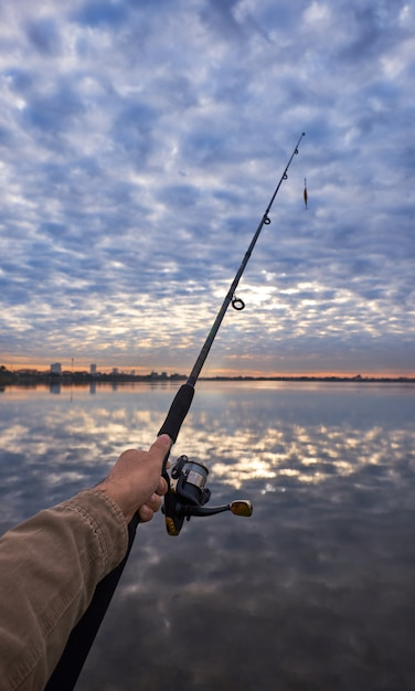 Homem, segurando, cana de pesca Foto Premium