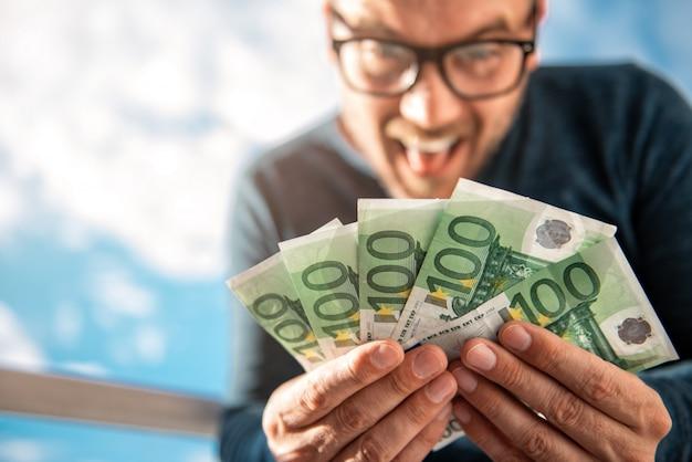 Homem, segurando dinheiro Foto Premium