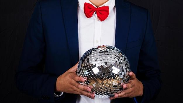 Homem, segurando, discoteca, bola Foto gratuita