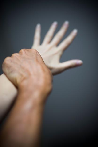 Homem, segurando, femininas, mão, em, a, ato, de, violência Foto Premium
