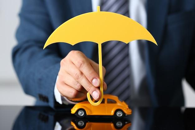 Homem, segurando, guarda-chuva madeira, cima, car Foto Premium