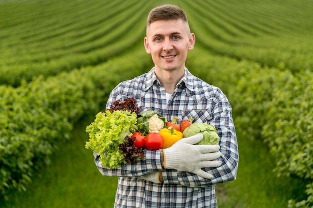 Homem, segurando, legumes Foto Premium
