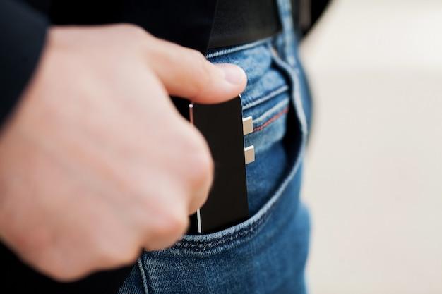 Homem, segurando, mini, adaptador, para, laptops, e, memória flash Foto Premium